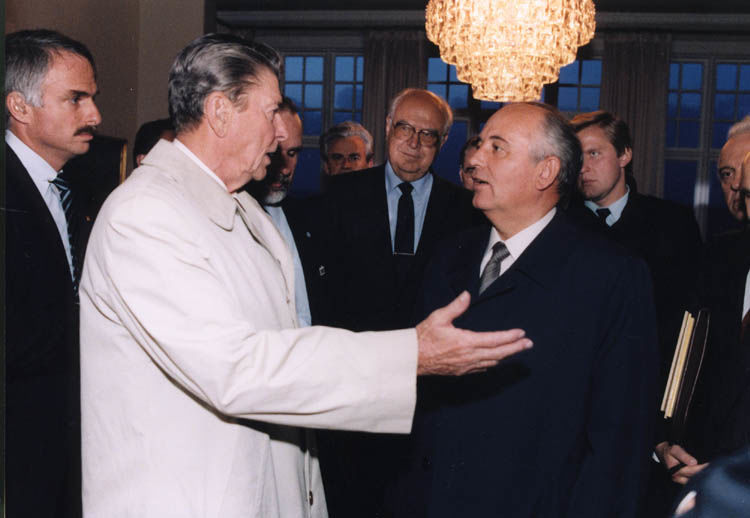 Reagan and Gorbachev negotiate